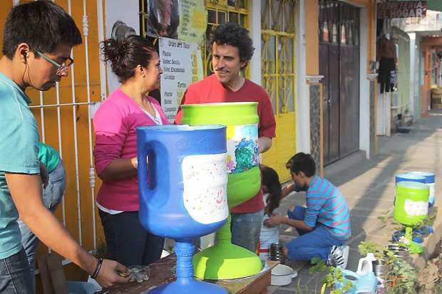 Gordon Strom helped community members in Teocelo, Mexico, make homeade filters to purify water.
