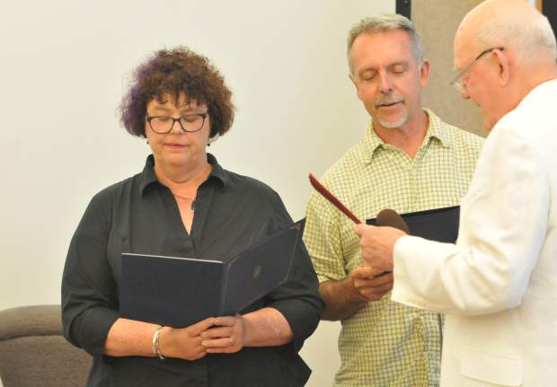 Newly elected Councilmember Erin Minett, and recently re-elected Councilmember Duane Strawser, take their oaths of office with the help of Nevada City Clerk Niel Locke.